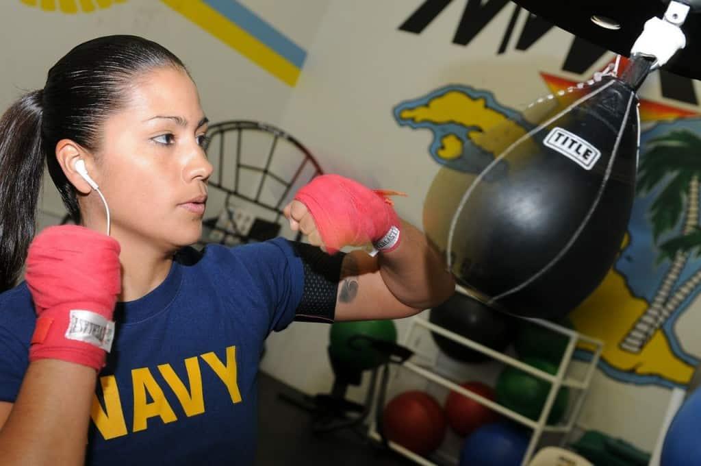 Boxausrüstung / Boxzubehör- Frau beim Training am Punchingball
