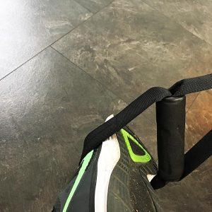 Der Sportastisch Sling Trainer Pro sitzt durch die Schlaufe gut an den Füßen