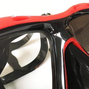 Das Glas und die Taucherbrille sitzen fest und sind wasserdicht
