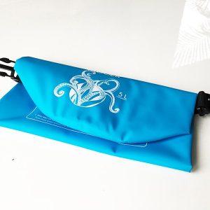 Der blaue Dry Bag wenn er zusammen gefaltet ist
